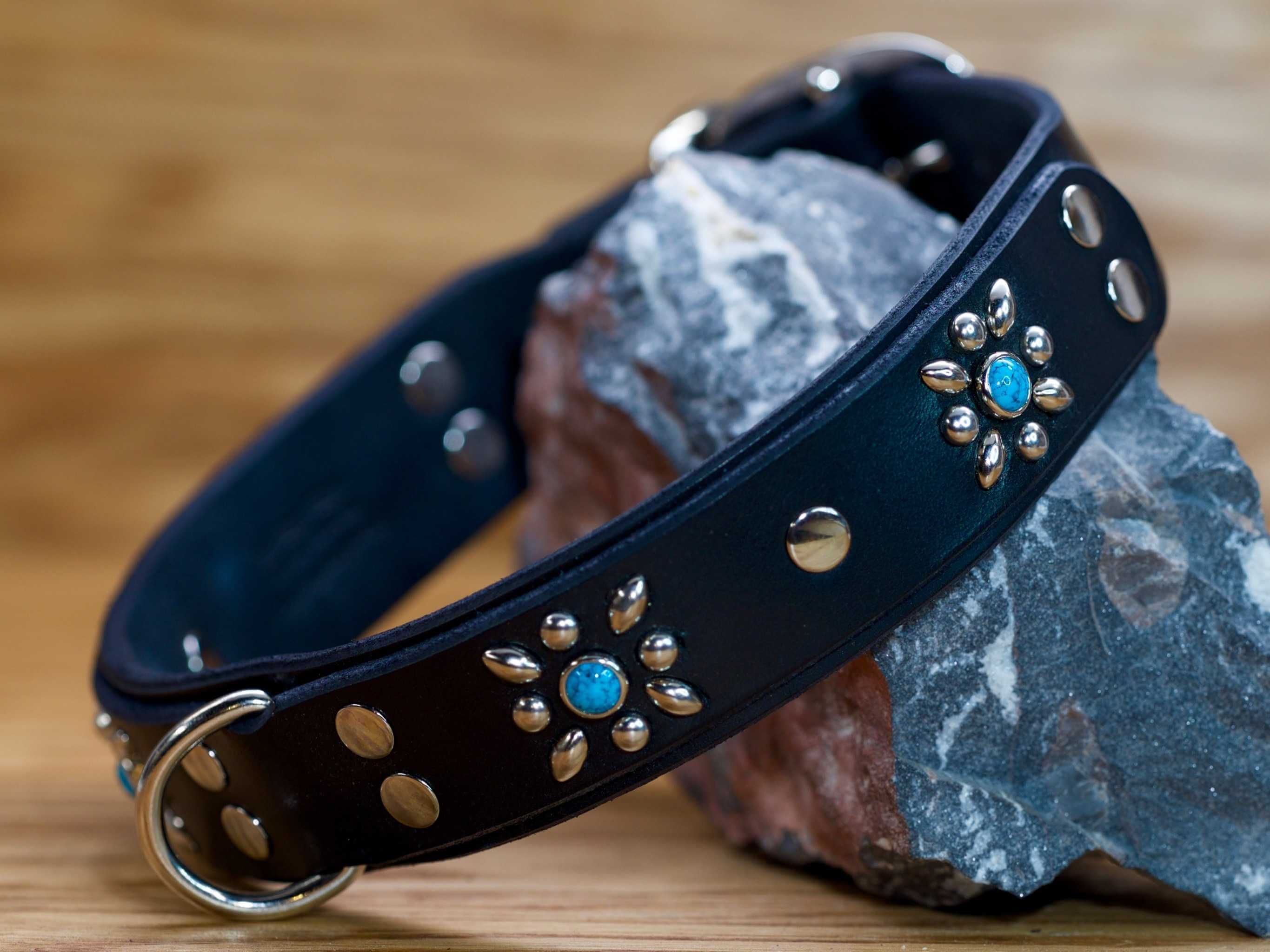 4 flowers make this a standout collar on any dog
