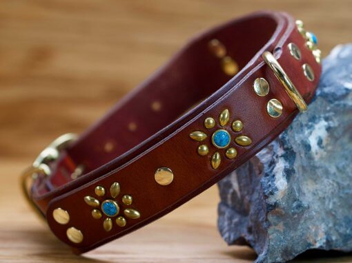 Decorative flowers style this custom leather dog collar